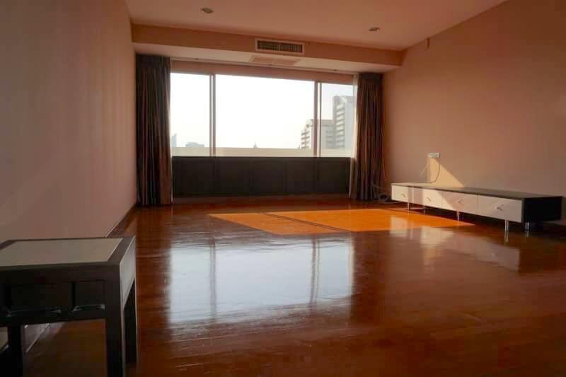 Spacious-Three-Bedroom-Condo-for-Rent-in-Ekkamai-2