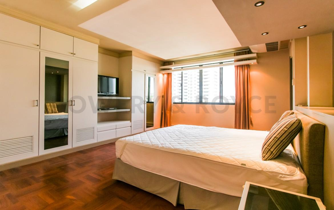 bright two bedroom condo for rent in Thong Lor-12