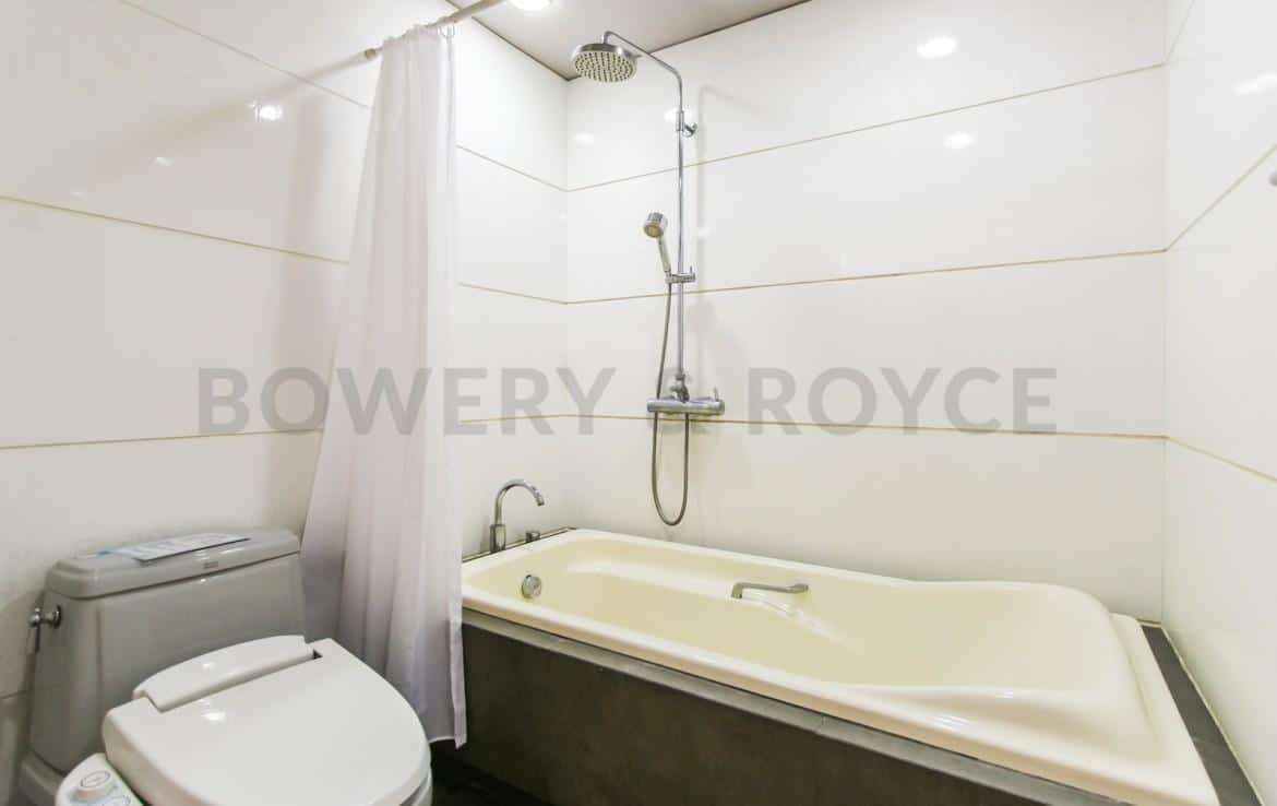 bright two bedroom condo for rent in Thong Lor-15