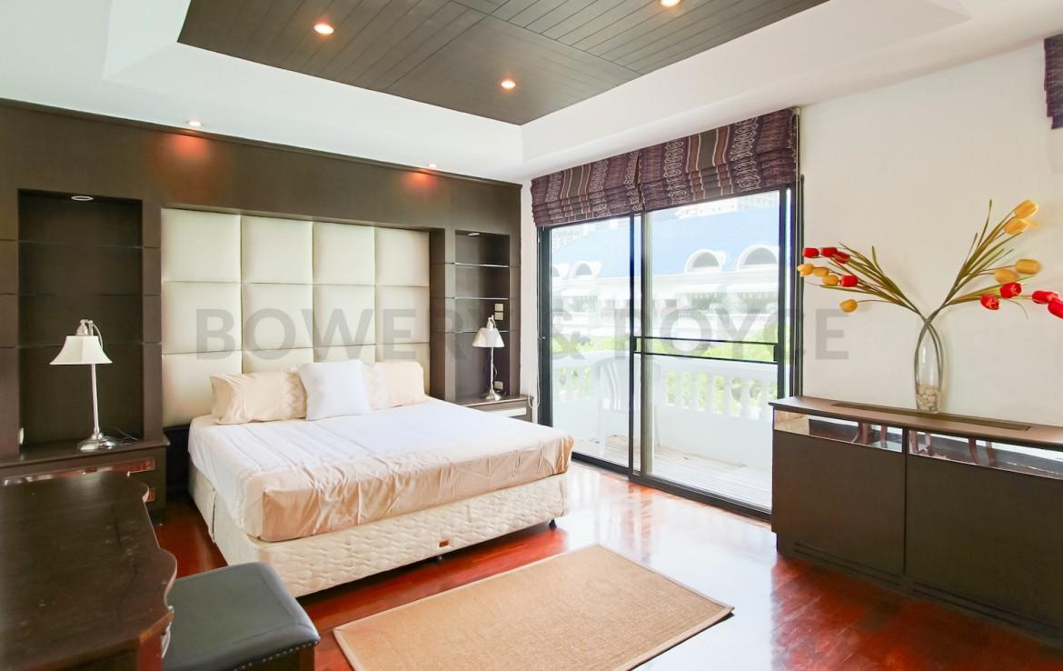 peaceful three bedroom townhouse by the pool for rent in Phrom Phong