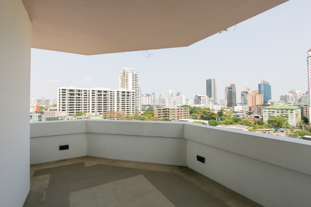 Large two bedroom condo for rent in Thonglor