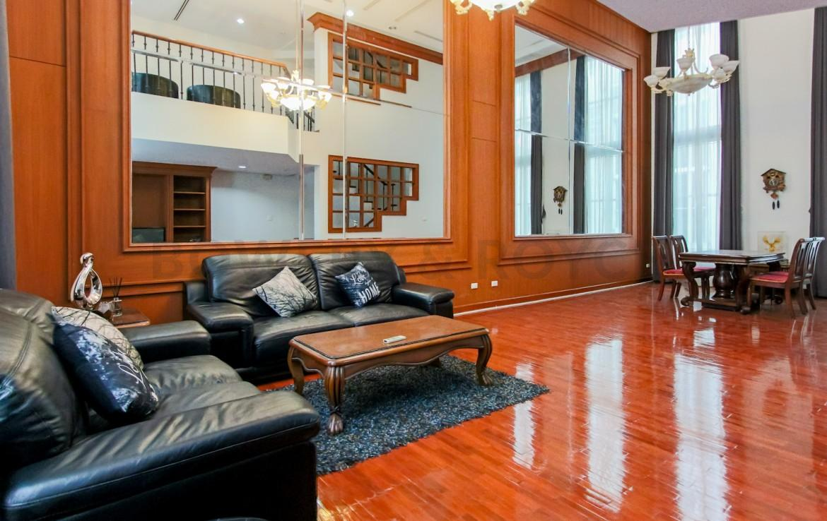 Large four bedroom townhouse for rent in thiong lor
