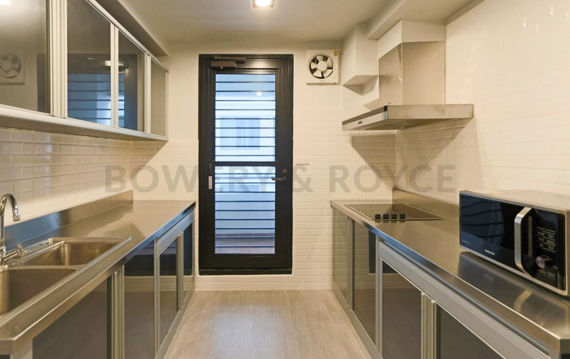 beautiful three bedroom condo for rent in Phrom Phong- kitchen space